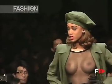 Tyra Banks showing her tits on the runway